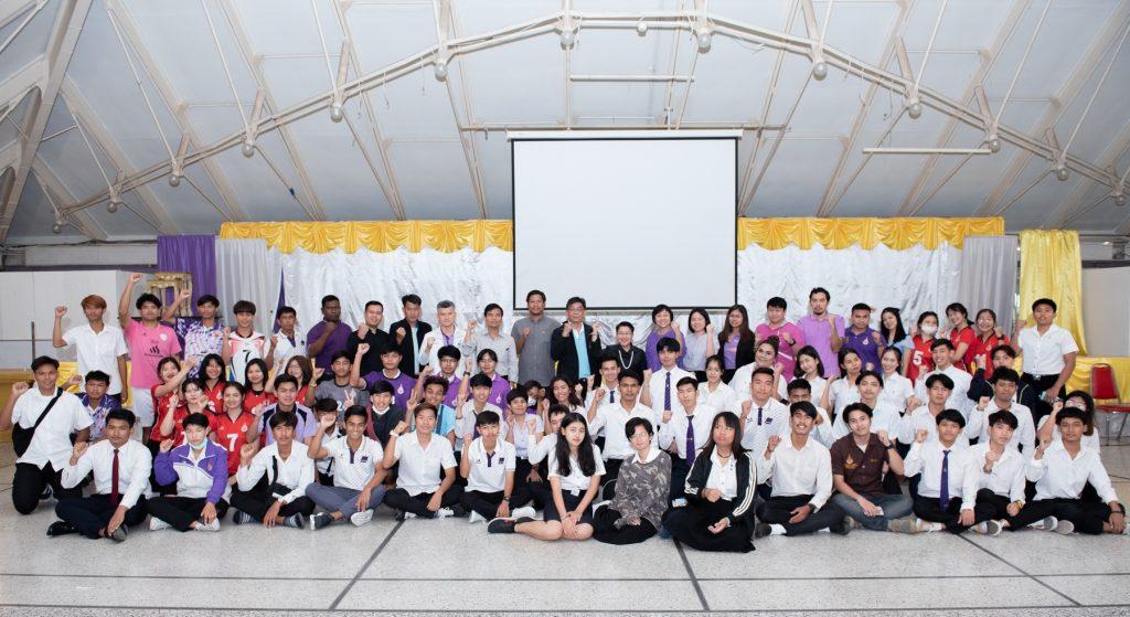 มอบเสื้อกีฬาให้แก่นักกีฬาที่เข้าร่วมการแข่งขันกีฬามหาวิทยาลัยเทคโนโลยีราชมงคลแห่งประเทศไทย
